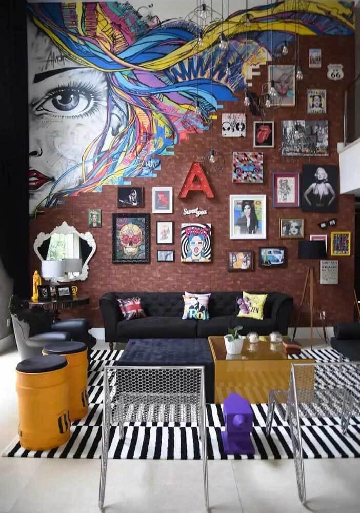 A sala de estar da casa da Anitta foi projetada com um pé direito duplo e a inspiração para criação foi o artista plástico Andy Warhol que é considerado o pai da decoração Pop-Art.